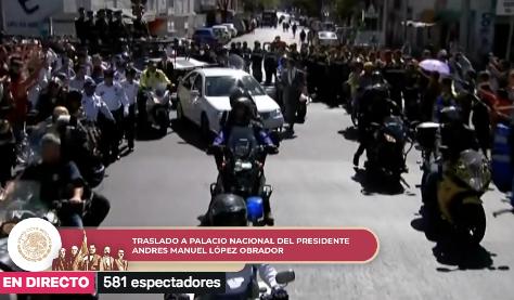 López Obrador, quien se dirige a Palacio Nacional, va escoltado por una caravana integrada por tres vehículos todo terreno del Heroico Colegio Militar