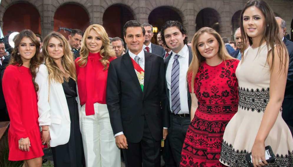 """""""Gracias a nuestros hijos Paulina, Sofía, Alejandro, Fernanda, Nicole y Regina por su cariño y alegría"""