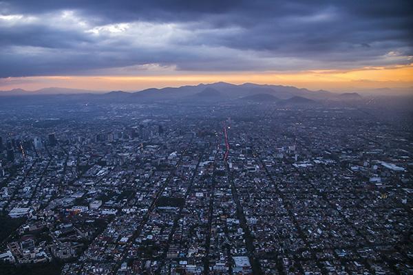 Este domingo se prevé cielo parcialmente nublado en la mañana y medio nublado por la tarde con posibilidad de lluvias aisladas en la Ciudad de México y el Estado de México. FOTO: CUARTOSCURO