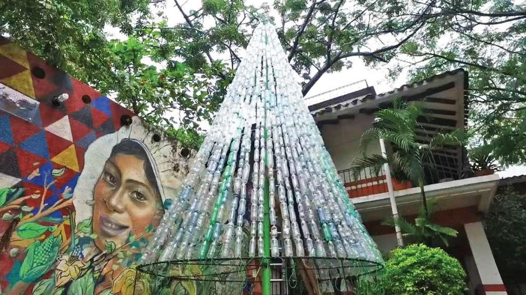 NAVIDEÑO. El pino elaborado con botellas de PET mide seis metros. Foto: JOSÉ LUIS LÓPEZ