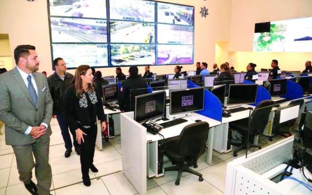 REVISIÓN. La gobernadora inspeccionó la tecnología del Complejo Metropolitano C5 y conversó con el personal. Foto: Especial