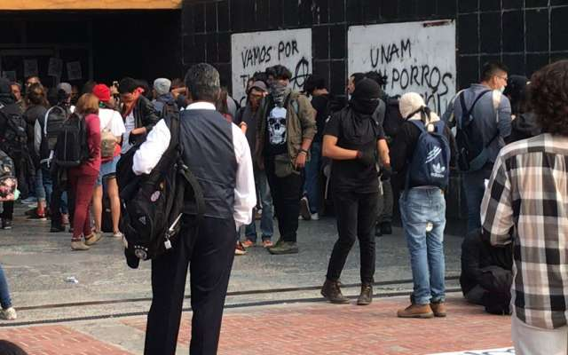 Previamente, alumnos de la Escuela Nacional Preparatoria número 2, se manifestaron para exigir la destitución de la directora del plantel, Isabel Jiménez