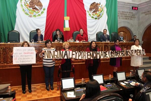 """La iniciativa de los morenistas fue presentada por el diputado Benigno Martínez y estuvo arropada por todos sus compañeros, quienes tomaron la tribuna para exponer en carteles la llamada """"ley Issemym"""". Foto: Especial"""