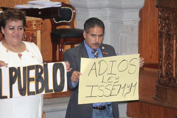 La iniciativa de los morenistas fue presentada por el diputado Benigno Martínez y estuvo arropada por todos sus compañeros. Foto: Especial