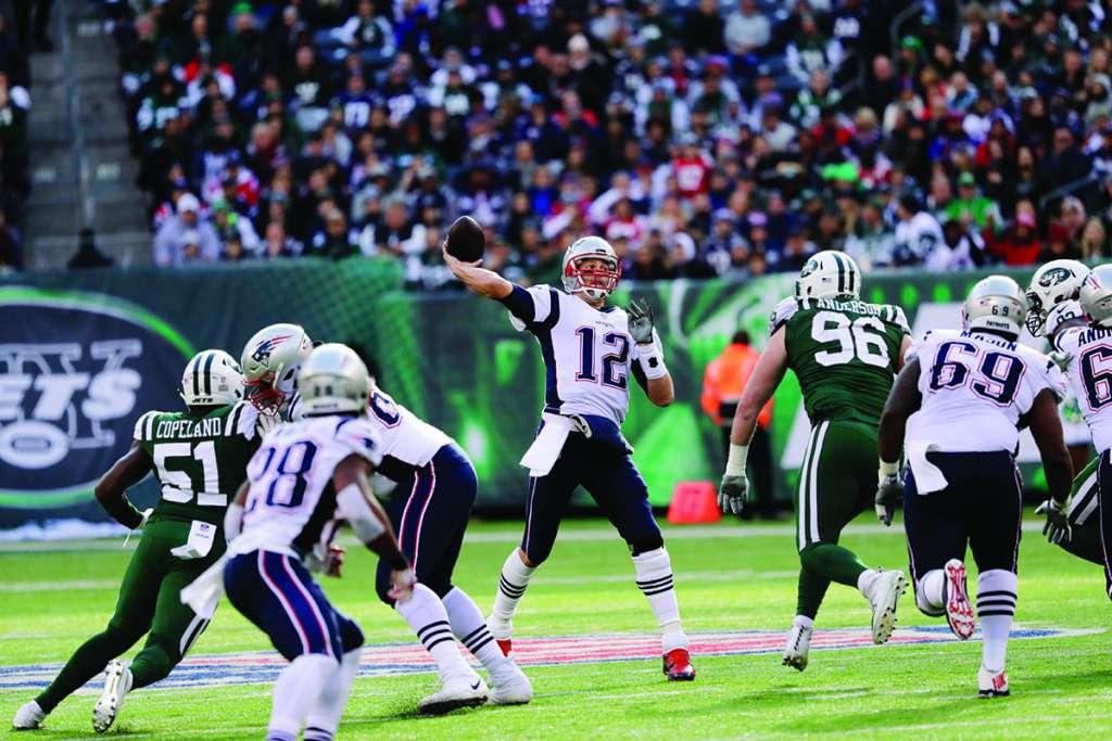 El mariscal Tom Brady quiere su boleto a los playoffs esta tarde ante sus fanáticos. Foto: AP