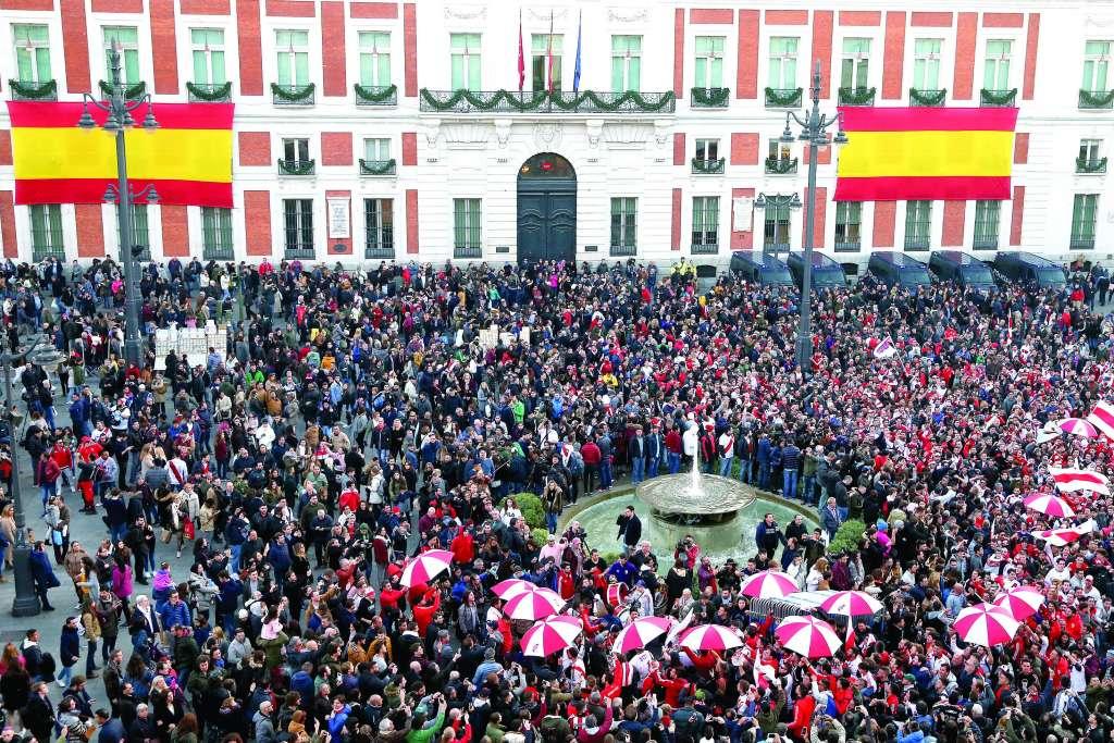 PASIÓN. Aficionados de River Plate colmaron ayer la Puerta del Sol, en Madrid. Foto: AP