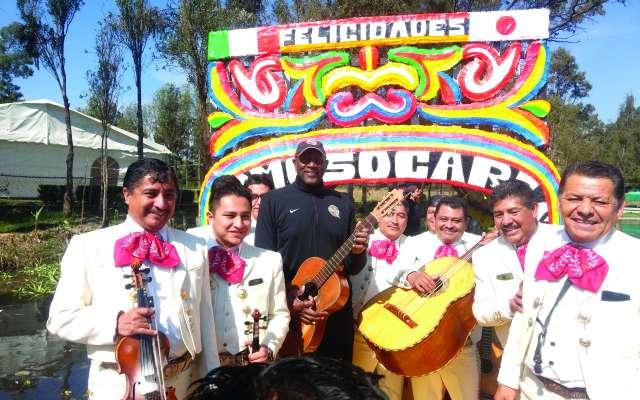 Spenser Haywood y el mariachi. Foto: IRVING FURLONG