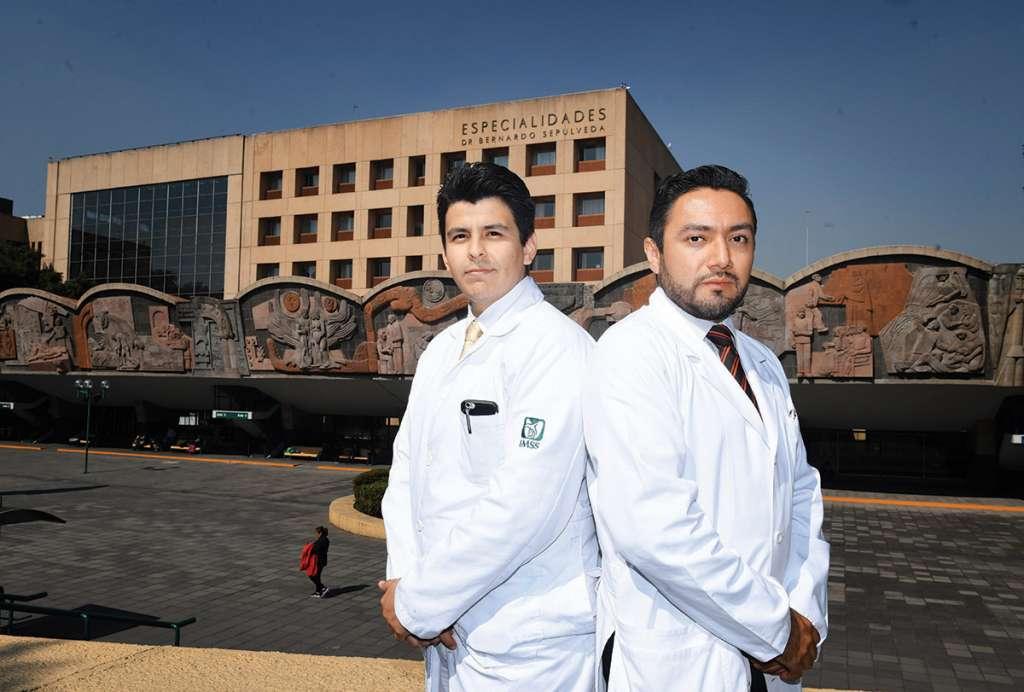 Los doctores Mario Vázquez y Rabindranath García-López, en entrevista. Foto: Leslie Pérez / El Heraldo de México