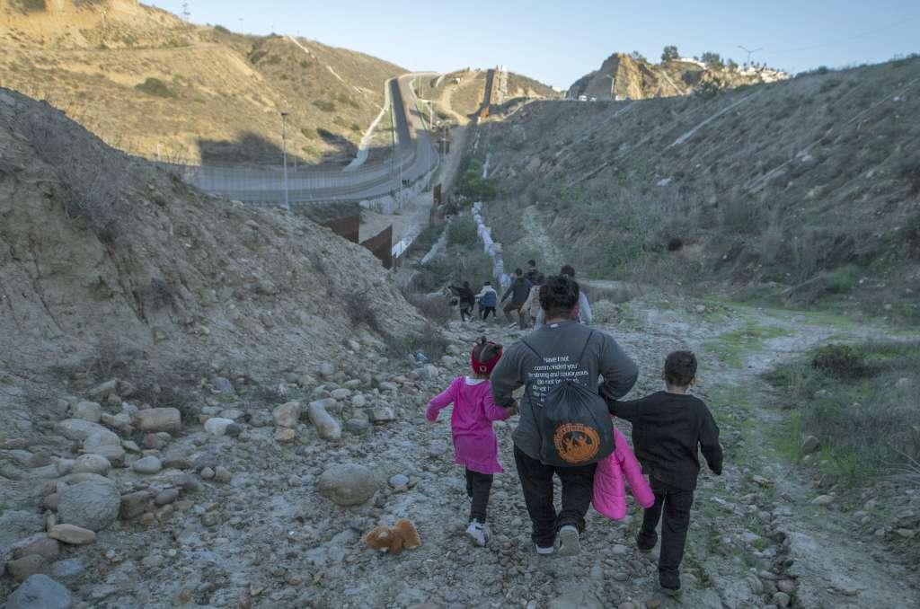Un grupo de migrantes centroamericanos brincaron el muro fronterizo entre México y Estados Unidos para entregarse a las autoridades norteamericanas con el objetivo de solicitar asilo humanitario. Foto: Cuartoscuro