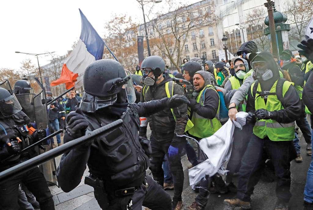 El sábado miles de personas salieron a manifestarse en contra del gobierno de Macron. Foto: AP