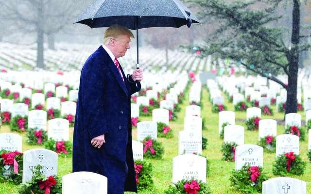 CAMINATA. El presidente Donald Trump visitó ayer el Cementerio Nacional de Arlington, Virginia. Foto: REUTERS
