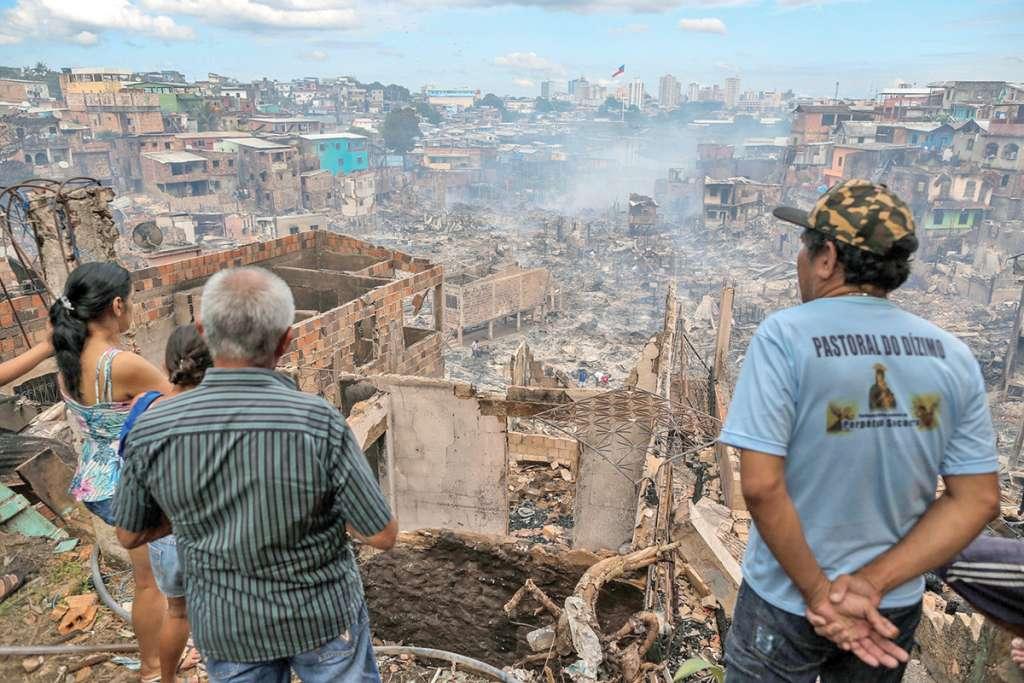 Al amanecer, la zona pare- cía un paisaje de guerra, con humaredas en viviendas. Foto:AFP