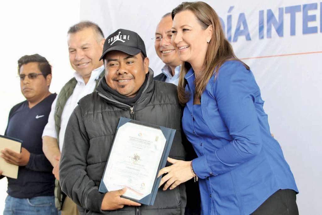 Martha Erika Alonso, entregó certificados de competencia laboral a migrantes poblanos en distintos rubros. Foto: Especial