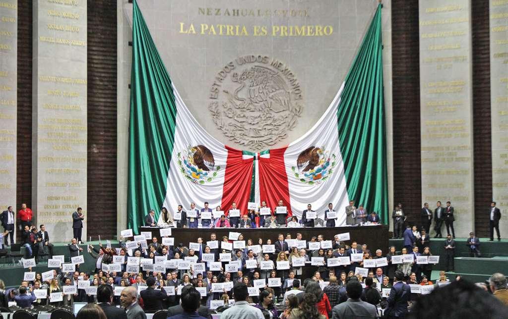 EN LA COMPARECENCIA DE CARLOS URZÚA, TITULAR DE HACIENDA, legisladores de oposición tomaron la tribuna del Congreso de la Unión al manifestarse por los recortes presupuestales dados a conocer en el Paquete Económico 2019 en diversos rubros, como educación. Foto: Notimex