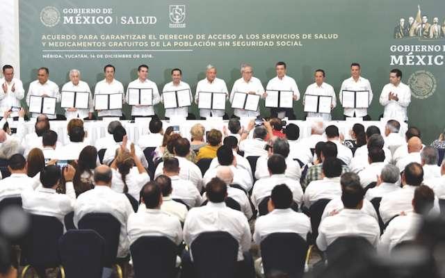 López Obrador y los gobernadores firmaron el primer acuerdo. Foto: Pablo Salazar / El Heraldo de México