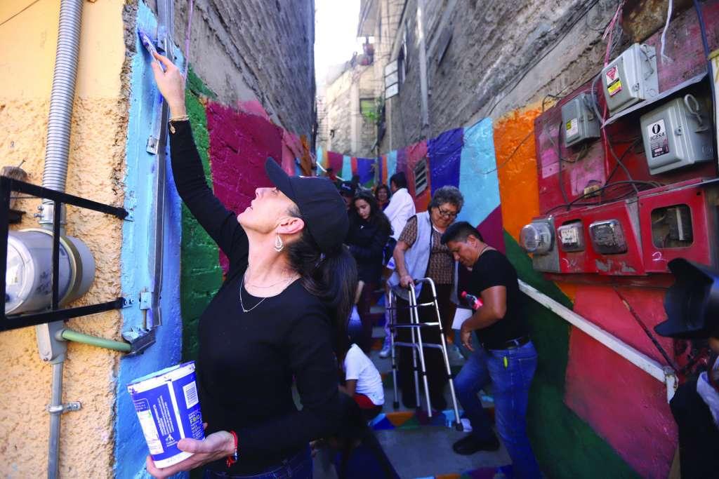 PINTA. Sheinbaum y vecinos remonzaron barrancas y callejones de la alcaldía de Álvaro Obregón. Foto: VÍCTOR GAHBLER