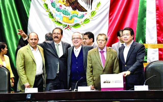 GASTO. Porfirio Muñoz, presidente de la Mesa Directiva de la Cámara de Dputado, recibió de manos de Carlos Urzúa el Presupuesto del gobierno federal para el 2019. Foto: : EDGAR LÓPEZ