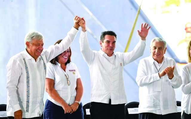 APOYO. El presidente estuvo acompañado de gobernadores, entre ellos Alejandro Moreno.  Foto: PABLO SALAZAR