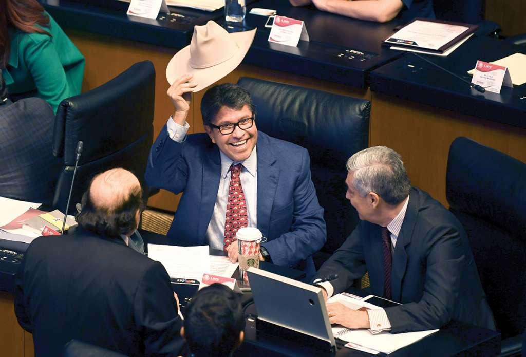 Ricardo Monreal, líder de Morena, ayer durante la sesión se quitó el sombrero. Foto: Leslie Pérez / El Heraldo de México