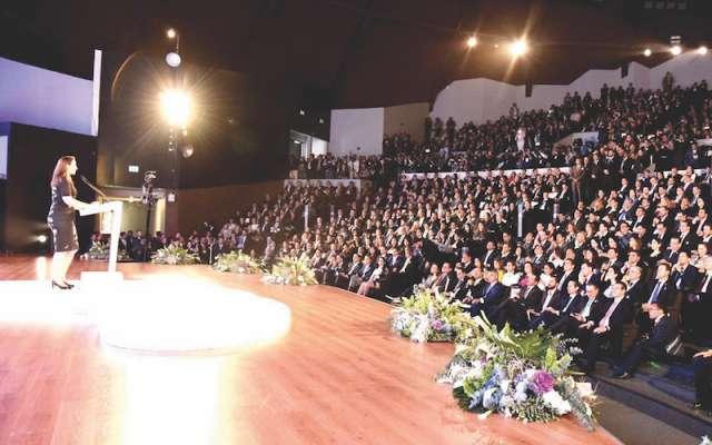 Ante cinco mil personas, la gobernadora expuso sus ejes de trabajo: seguridad, desarrollo social, economía, educación y cultura. Foto: Especial.