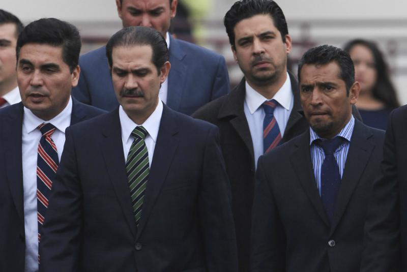 Momento en el que el ex gobernador de Sonora acudió al juzgado en compañía de su equipo de defensa legal