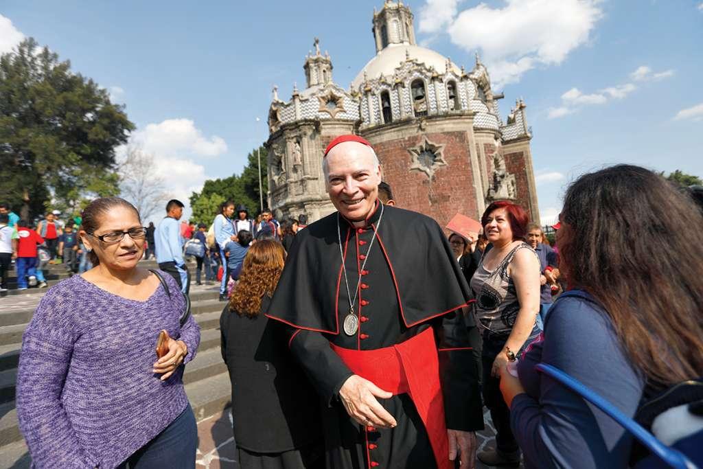 El arzobispo luego de la misa de domingo en la basílica. Foto: Nayeli Cruz / El Heraldo de México.