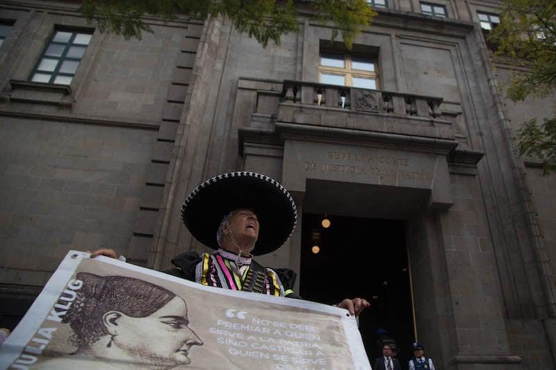 Ciudadanos realizaron protesta y plantón frente a instalaciones de la Suprema Corte de Justicia de la Nación (SCJN) contra los salarios y privilegios de magistrados y jueces en el Poder Judicial. FOTO: ILSE HUESCA /CUARTOSCURO.COM