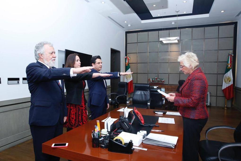 De conformidad al Artículo 128 Constitucional, , la tarde de este domingo, los tres funcionarios protestaron guardar y hacer guardar la Constitución Política de los Estados Unidos Mexicanos