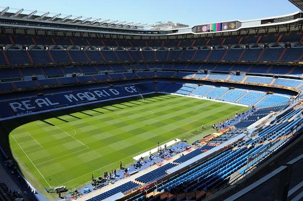 DETALLES. El Estadio Santiago Bernabéu se alista para recibir el duelo entre Boca Juniors y River Plate. Foto: AFP