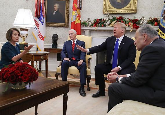 Trump recibió a Nancy Pelosi y Chuck Schumer, líderes demócratas. Foto: AFP