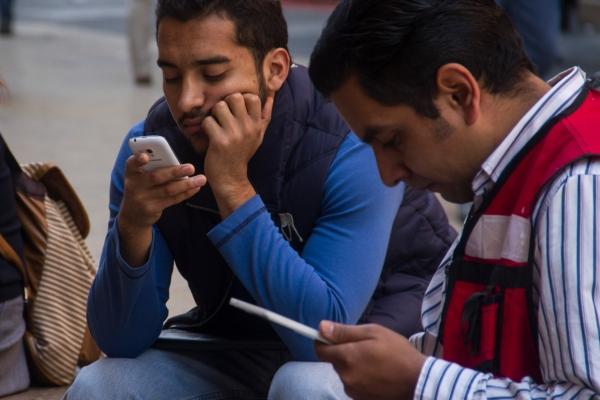 Como toda adicción, el uso del celular de manera desmedida podría provocar daños físicos y psicológicas. Foto: Archivo | Cuartoscuro