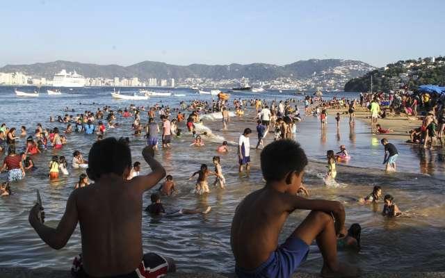 Miles de vacacionistas disfrutan del sol, mar y playa, a unos días del fin de año.  FOTO: BERNANDINO HERNÁNDEZ /CUARTOSCURO.COM