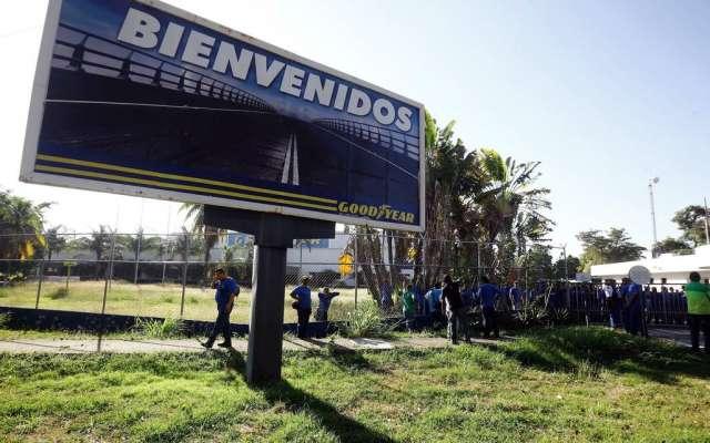 Un anuncio de Goodyear en Los Guayabos, Venezuela. La filial venezolana de la multinacional de neumáticos anunció este lunes el cese de sus operaciones. Foto: AP