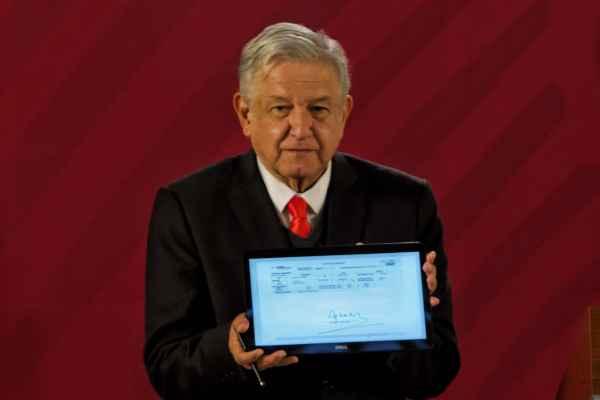 López Obrador firmó su reafilición al PensionISSSTE. Foto: Cuartoscuro