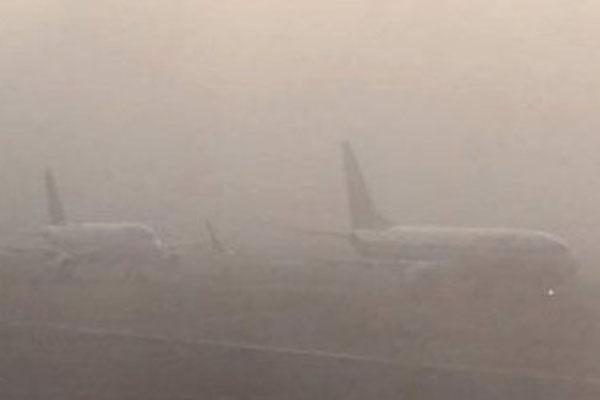 La visibilidad es casi nula en el AICM. FOTO: NOTIMEX