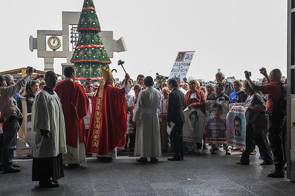 Por cuarto año consecutivo, los padres de los normalistas realizan esta peregrinación a la Basílica de Guadalupe, donde fueron recibidos por el Obispo de Chilpancingo Guerrero, Salvador Rangel Méndez. FOTO: NOTIMEX