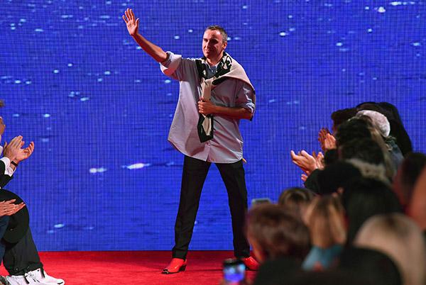 Raf Simons, de 50 años, se unió a Calvin Klein en agosto de 2016 después de cuatro años en Dior, con la misión de revitalizar la marca estadounidense. FOTO: AFP
