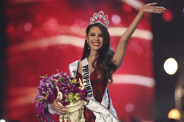 La belleza filipina obtuvo la tiara de manos de su predecesora, la sudafricana Demi-Leigh Nel-Peters. FOTO: REUTERS