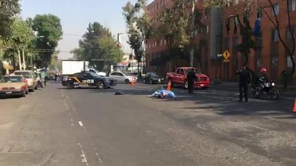 Socorristas que se presentaron a brindar los primeros auxilios al ciclista, lo diagnosticaron sin vida por atropellamiento. Foto: Especial