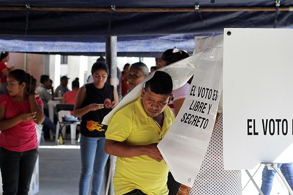 Remarcó que dichas mantas son apócrifas, por lo cual pidió a la ciudadanía desatender esos mensajes y esperar la instalación de las casillas de votación.  FOTO: NOTIMEX
