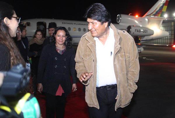 María Luisa Albores, secretaria del Bienestar, fue la encargada de recibirlo en la madrugada, de acuerdo con las fotos publicadas en la cuenta de la Secretaría de Relaciones Exteriores (SRE).