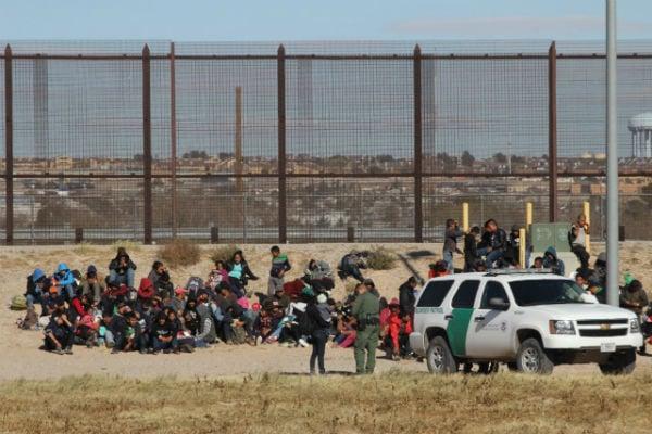 Junto a la línea divisoria natural, los agentes estadounidenses les colocaron una pulsera naranja a todos los migrantes que se fueron sumando Foto: Hérika Martínez