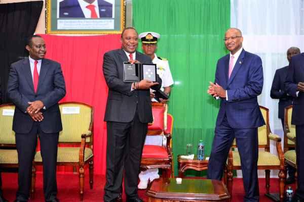 Resultado de imagen para presidente recibe nuevas monedas de kenia