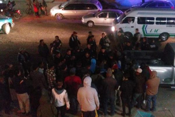 Elementos de la policía municipal rescataron al presunto abusador. FOTO: ESPECIAL