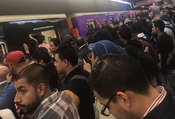 Más temprano, el metro también informó que se revisó el mecanismo de conducción en tren de la misma línea, sin embargo, la marcha se reportó como continua.