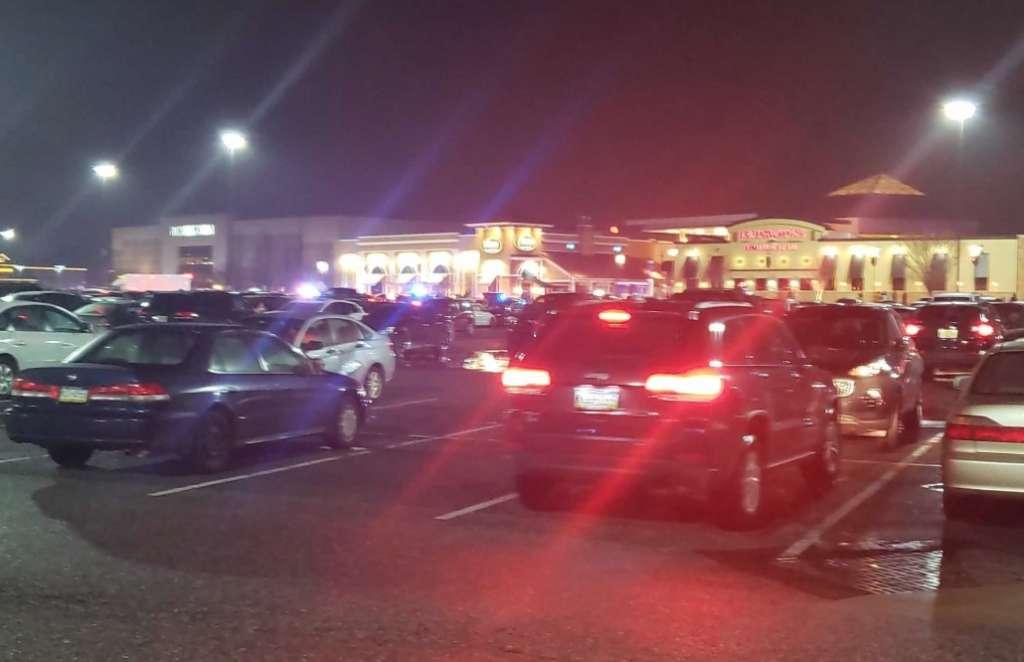 Movilización policiaca en el centro comercial Christiana Mall  en Delaware, EU. Foto:  @RichIn302