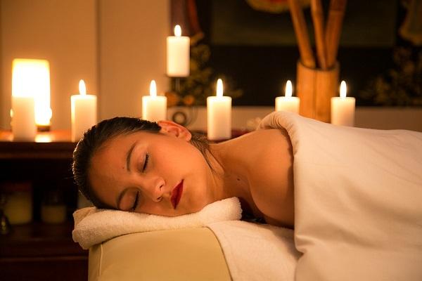 Un masaje puede ayuda al cuerpo a aliviar la tensión muscular causada por el estrés. Foto: Especial
