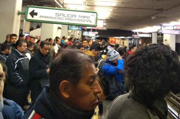 El STC Metro recomendó a los usuarios tomar sus precauciones. Foto: @legolasprin