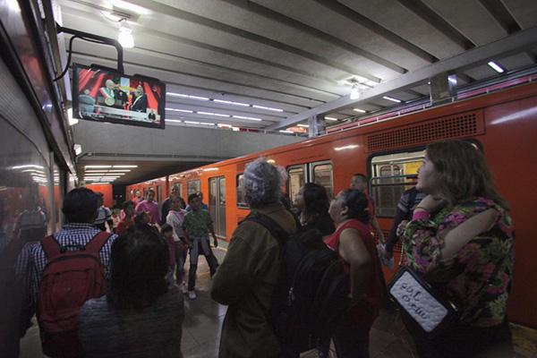 El Metro transmitió en sus pantallas la toma de posesión de AMLO.  FOTO: CUARTOSCURO