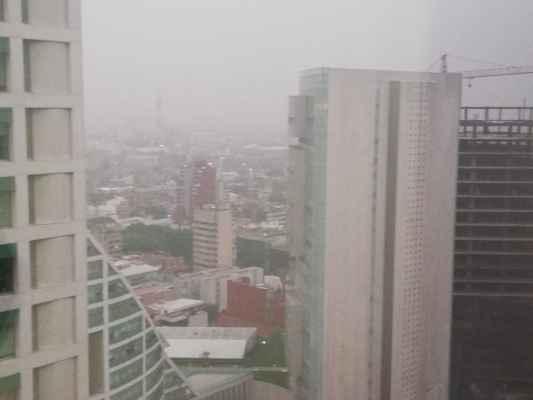 A través de las redes sociales, han sido publicadas imágenes de diversos puntos de la capital donde se aprecia la neblina. Foto: Especial